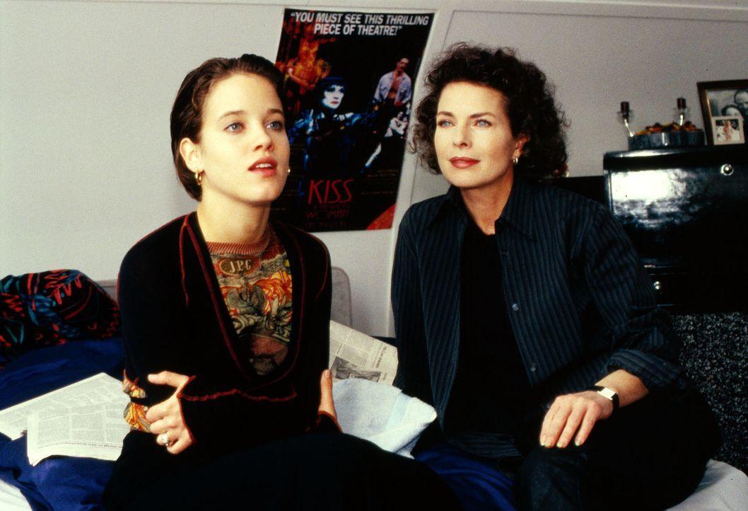 Während Hanna (Muriel Baumeister, l.) ihrer Mutter Julia (Gudrun Landgrebe, r.) von ihrem Ehemann Michael vorschwärmt, fühlt sich Julia hin und h... - Bildquelle: Sat.1/Zinner
