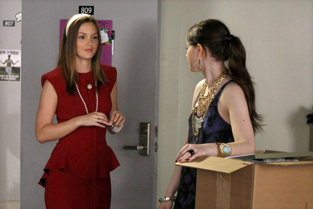 Das College geht wieder los und schon herrscht Unmut zwischen Blair (Leighton Meester, l.) und ihrer Erzfeindin Georgina (Michelle Trachtenberg, r.)... - Bildquelle: Warner Brothers