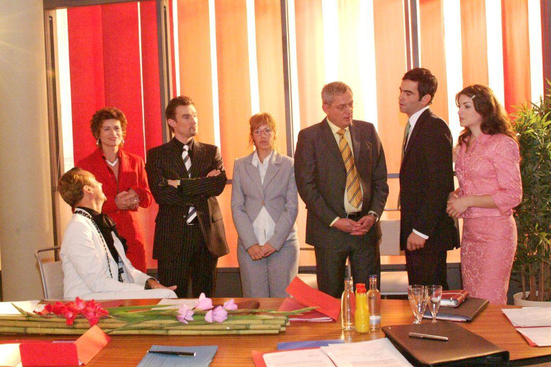 Lisa findet bei Friedrich Unterstützung für ihre Entscheidung, David und Richard gleichermaßen zu Geschäftsführern zu ernennen. V.l.n.r.: Hugo (Hube... - Bildquelle: Monika Schürle SAT.1 / Monika Schürle