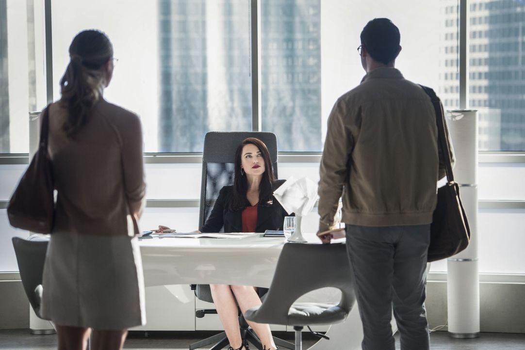 Das Leben von Lena Luthor (Katie McGrath, M.) ist in Gefahr. Kara alias Supergirl (Melissa Benoist, l.) und Clark alias Superman (Tyler Hoechlin, r.... - Bildquelle: 2016 Warner Bros. Entertainment, Inc.