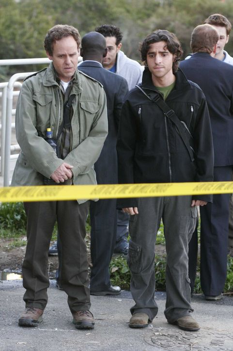 Während Larry (Peter MacNicol, r.) und Charlie (David Krumholtz, l.) eine Wanderung machen, stoßen sie auf einen toten Studenten, der offensichtlich... - Bildquelle: Paramount Network Television