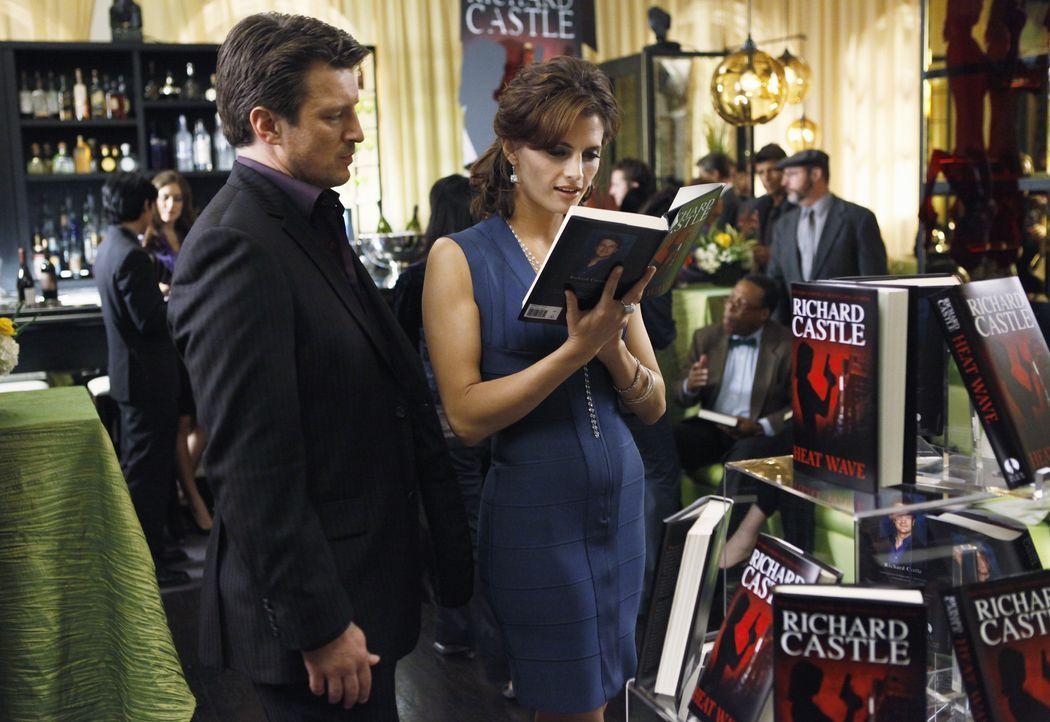 Richard Castle (Nathan Fillion, l.) bemerkt, dass Kate Beckett (Stana Katic, r.) sichtlich gerührt ist, als sie die Widmung in dem Nikki Heat-Roman... - Bildquelle: ABC Studios