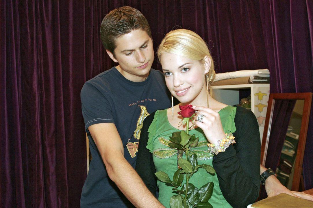 Timo (Matthias Dietrich, l.) beendet mit einer Rose seinen Zwist mit Kim (Lara-Isabelle Rentinck, r.). - Bildquelle: Noreen Flynn Sat.1