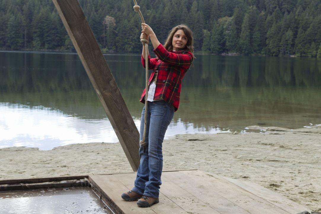 Cate (Shiri Appleby), die als Betreuerin bei Lux' Schulausflug mitgekommen ist, muss versuchen sich  mit einem Seil über die große Schlammgrube zu s... - Bildquelle: The CW   2010 The CW Network, LLC. All Rights Reserved