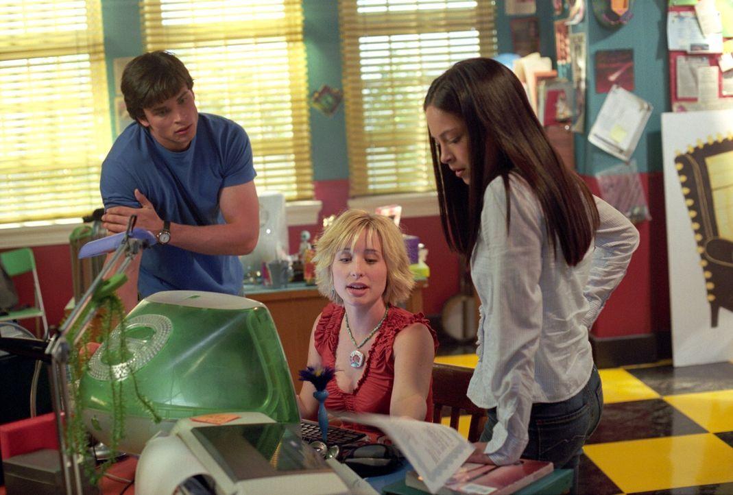 Chloe (Allison Mack, M.) und Clark (Tom Welling, l.) müssen herausfinden, warum Lanas (Kristin Kreuk, r.) Verehrer Byron von seinen Eltern gefangen... - Bildquelle: Warner Bros.