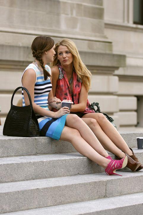 Blair (Leighton Meester, l.) weint sich bei Serena (Blake Lively, r.) über ihre Niederlage an der NYU aus ... - Bildquelle: Warner Brothers