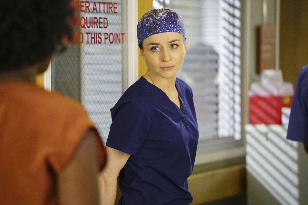 Während sich Stephanie (Jerrika Hinton, l.) Sorgen um Kyle macht, der wieder am Hirn operiert werden muss, schlägt Meredith Amelia (Caterina Scorson... - Bildquelle: Richard Cartwright ABC Studios
