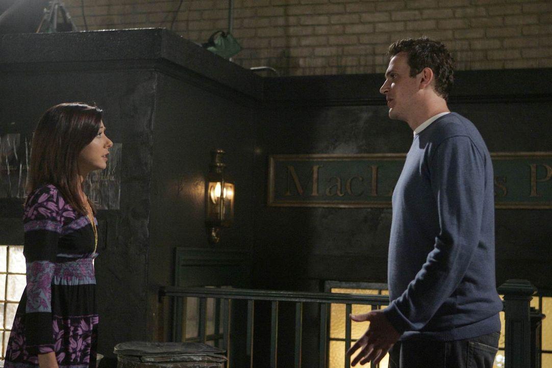 Nach einem Barbesuch mit Barney trifft Marshall (Jason Segel, r.) zu seiner Überraschung auf  Lily (Alyson Hannigan, l.). Sie bittet ihn, ihr zu ver... - Bildquelle: 20th Century Fox International Television