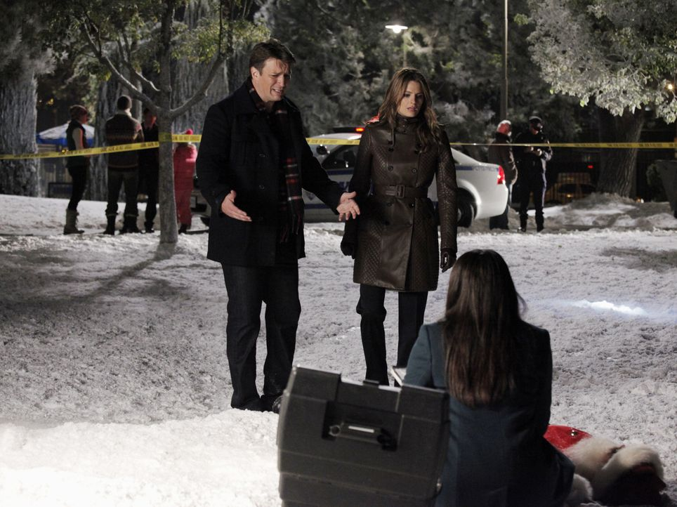 Lanie (Tamala Jones, r.) untersucht die Leiche eines Mannes im Weihnachtsmannkostüm. Castle (Nathan Fillion, l.) und Beckett (Stana Katic, M.) könne... - Bildquelle: 2012 American Broadcasting Companies, Inc. All rights reserved.