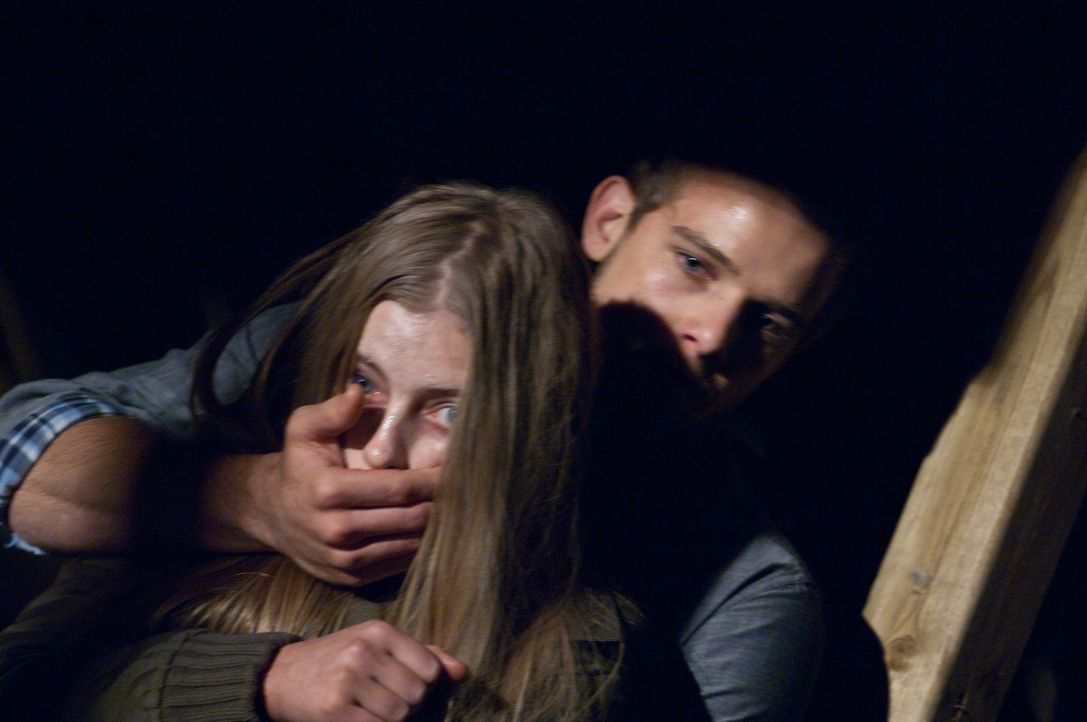 Das war knapp: Ryan (Max Thieriot, r.) schafft es, Carrie Ann (Eva Link, l.) gerade noch zurückzuhalten. Wie lange wird das Geheimnis noch bewahrt w... - Bildquelle: 2011 HATES, LLC.  All Rights Reserved.