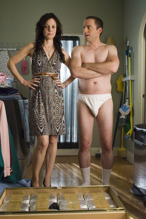 Auch Andy (Justin Kirk, r.) weiß nicht so recht, was Nancy (Mary-Louise Parker, l.) mit der Truhe voll Heroin anfangen soll ... - Bildquelle: Lions Gate Television
