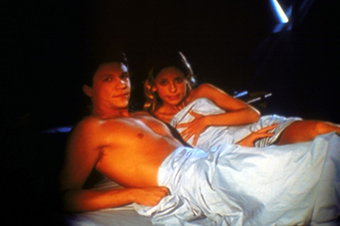 Buffy (Sarah Michelle Gellar, r.) und Riley (Marc Blucas) stehen unter einem seltsamen Bann. Dieser bewirkt, dass sie nicht mehr voneinander lassen... - Bildquelle: TM +   2000 Twentieth Century Fox Film Corporation. All Rights Reserved.
