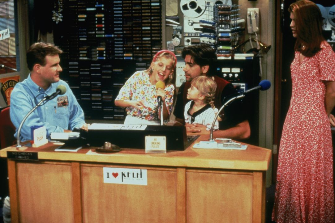Eine besondere Radioshow wartet auf Joey (Dave Coulier, l.), Stephanie (Jodie Sweetin, 2.v.l.), Jesse (John Stamos, M.), Michelle (Mary-Kate/Ashley... - Bildquelle: Warner Brothers Inc.
