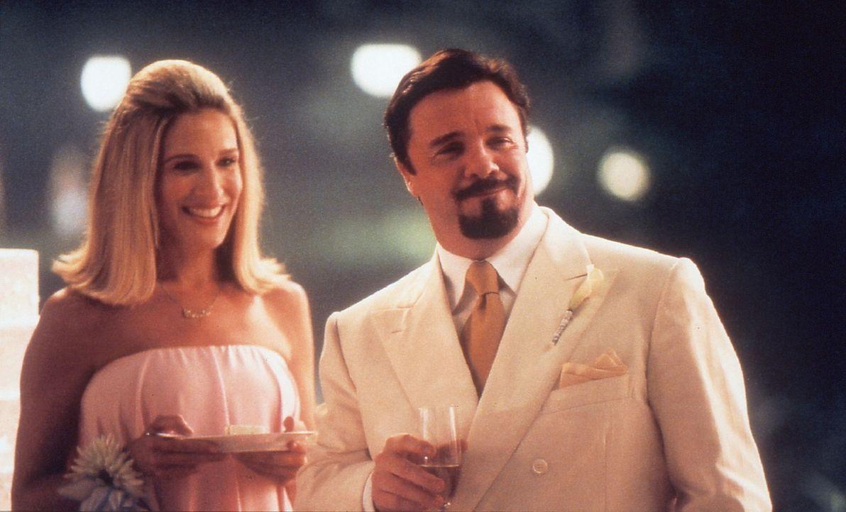 Die vier Freundinnen werden zu einem außergewöhnlichen Ereignis eingeladen: Carries (Sarah Jessica Parker, l.) vermeintlich homosexueller Freund,... - Bildquelle: Paramount Pictures