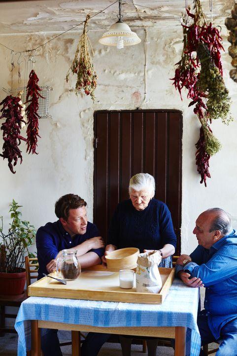 (v.l.n.r.) Jamie Oliver; Nonna Theresa; Gennaro Contaldo - Bildquelle: David Loftus DAVID LOFTUS