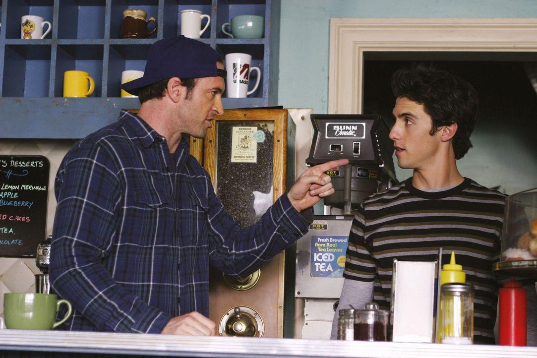 Luke (Scott Patterson, l.) möchte dem leiblichen Vater von Jess (Milo Ventimiglia, r.) verbieten, seinen Sohn zu sehen, denn das Leben von Jess ist... - Bildquelle: 2002 Warner Bros.