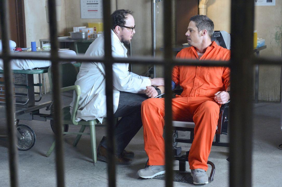 Vincent (Jay Ryan, r.) wurde wegen Mordes verhaftet. J.T. (Austin Basis, l.) versucht, ihm zu helfen. Doch wird er es schaffen, ihn vor dem Gefängni... - Bildquelle: 2013 The CW Network, LLC. All rights reserved.