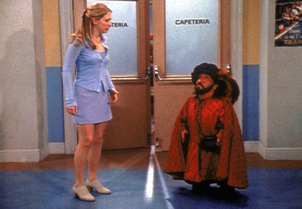 Roland (Phil Fondacaro, r.) möchte Sabrina (Melissa Joan Hart, l.) unbedingt heiraten, wofür ihm kein Trick zu mies ist ... - Bildquelle: Paramount Pictures