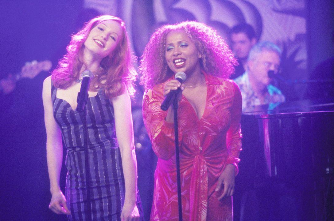 Anlässlich von Johns Geburtstag lassen sich sogar Hope (Alicia Witt, l.) und Renee (Lisa Nicole Carson, r.) zu einer Gesangseinlage treiben ... - Bildquelle: 2000 Twentieth Century Fox Film Corporation. All rights reserved.