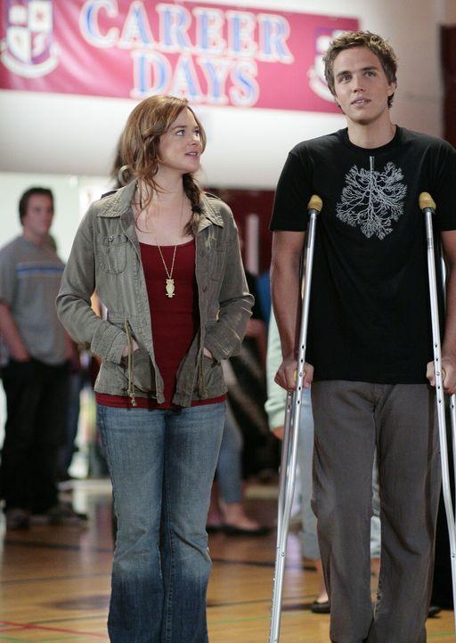 """Bei den """"Karrieretagen der Schule"""" sehen sich auch Lori (April Matson, l.) und Declan (Chris Olivero, r.) nach Arbeitsmöglichkeiten um ... - Bildquelle: TOUCHSTONE TELEVISION"""