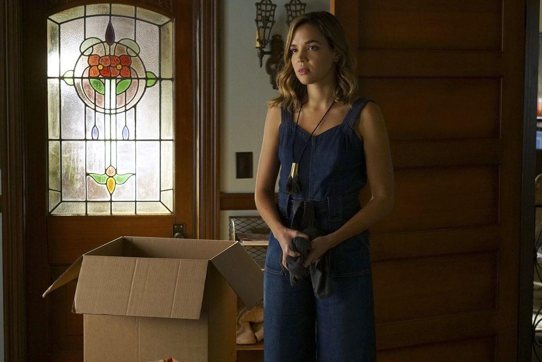 Paige muss beim Nachhausekommen feststellen, dass Cassie (Georgie Flores) nicht die einzige ist, die ausziehen möchte ... - Bildquelle: Warner Bros.