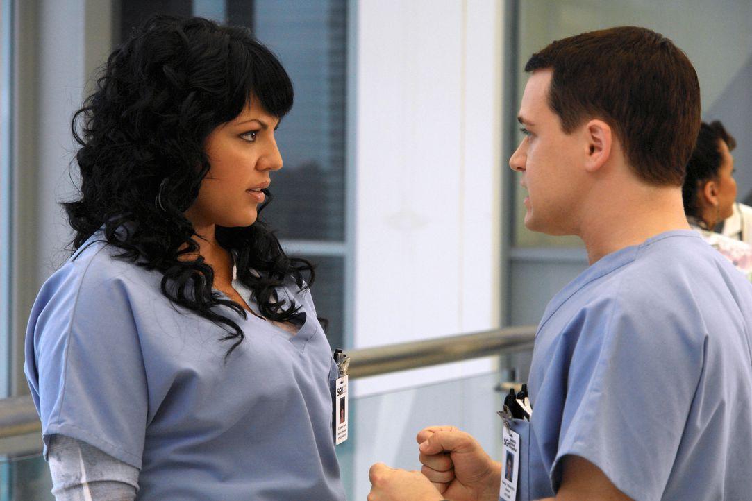 Callie (Sara Ramirez, l.) bittet George (T. R. Knight, r.), sie nicht mehr ständig zu verfolgen. Es sei denn, er meint es ernst und sie werden wiede... - Bildquelle: Touchstone Television