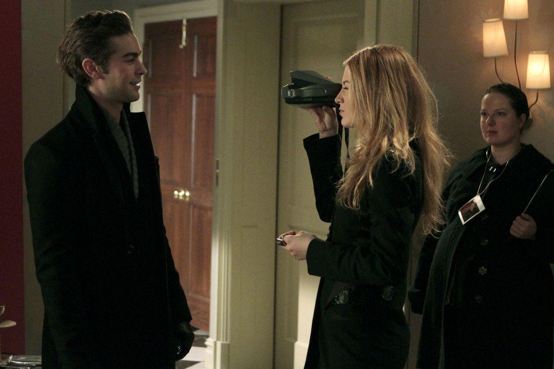 """""""Töte oder werde getötet. Euer Foto ist euer Leben """", erklärt Serena (Blake Lively, M.) Nate (Chace Crawford, l.) die Spielregeln. Auch Dorota (Zuza... - Bildquelle: Warner Brothers"""