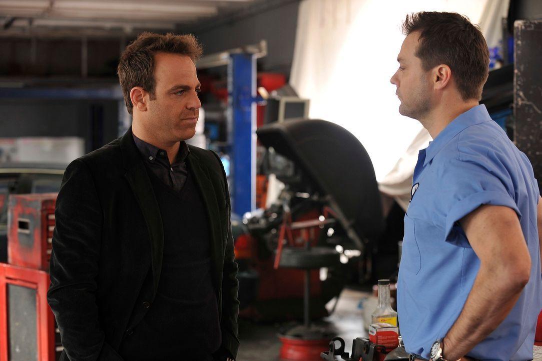 Als Cooper (Paul Adelstein, l.) erfährt, dass Charlotte ein Foto ihres Exmanns Billy (Myk Watford, r.) aufhebt, ist er aufgebracht und eifersüchti... - Bildquelle: ABC Studios