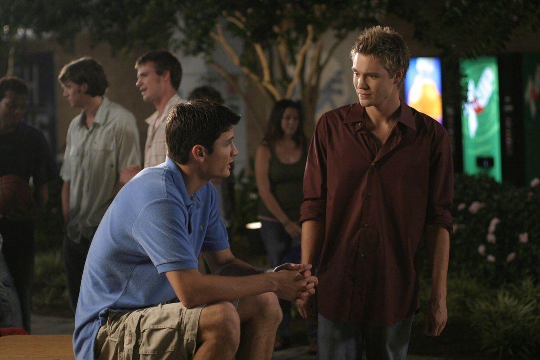 Es gibt wenigstens eine Sache, die sie verbindet: Nathan (James Lafferty, l.) und Lucas (Chad Michael Murray, r.) haben beide Probleme in der Liebe... - Bildquelle: Warner Bros. Pictures