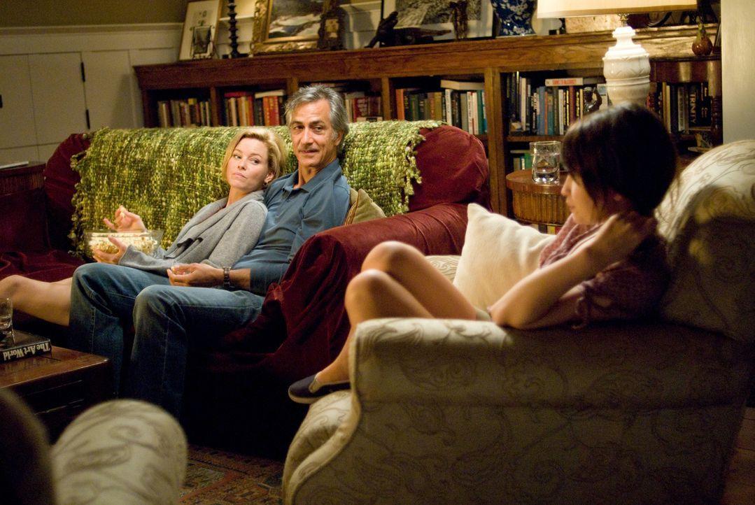 Kaum zurück, muss Anna (Emily Browning, r.) feststellen, dass sich ihr Vater (David Strathairn, M.) verlobt hat - ausgerechnet mit Rachel (Elizabeth... - Bildquelle: 2008 DreamWorks LLC and Cold Spring Pictures. All Rights Reserved.