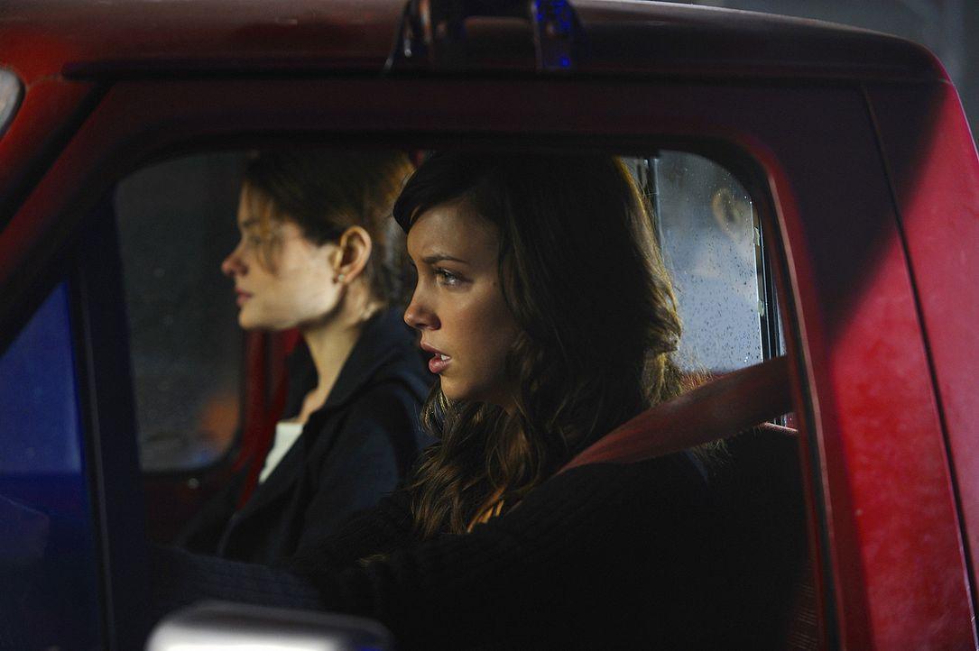 Die Angst ist ihnen ins Gesicht geschrieben: Shea (Gina Holden, l.) und Trish (Katie Cassidy, r.) machen sich auf die Suche nach Madison. Auch nachd... - Bildquelle: 2009 CBS Studios Inc. All Rights Reserved.