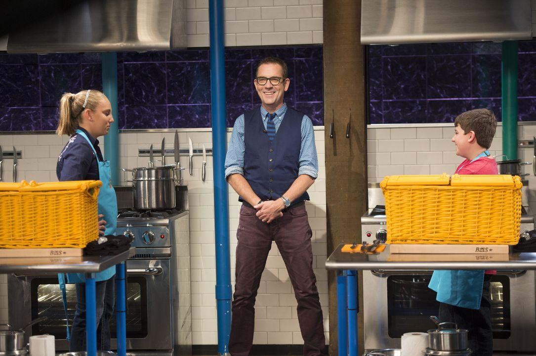 Auf die Kochlöffel fertig los! Ted (M.) gibt das Kommando: Die Junior-Köche Elisabeth (l.) und Cameron (r.) haben 30 Minuten Zeit, um einen Gaumensc... - Bildquelle: Scott Gries 2015, Television Food Network, G.P. All Rights Reserved