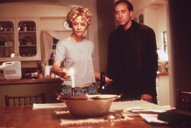 Der in sich gekehrte Seth (Nicolas Cage, r.) ist von Maggies Verzweiflung über den Tod eines ihrer Patienten fasziniert. Als Engel kann er sie nur s... - Bildquelle: Warner Bros.