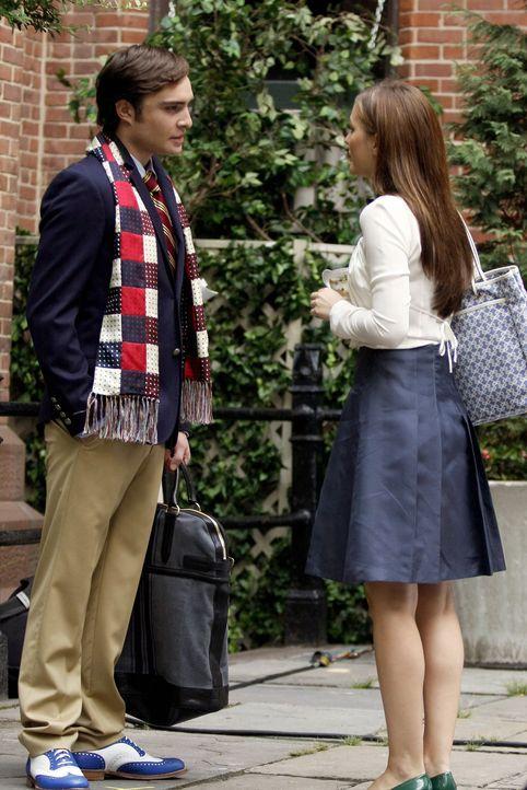 Während Blair (Leighton Meester, r.) stinksauer auf Serena ist, hängt sich Dan an Chuck (Ed Westwick, l.) ran, um die dunklen Seiten des Lebens zu e... - Bildquelle: Warner Brothers