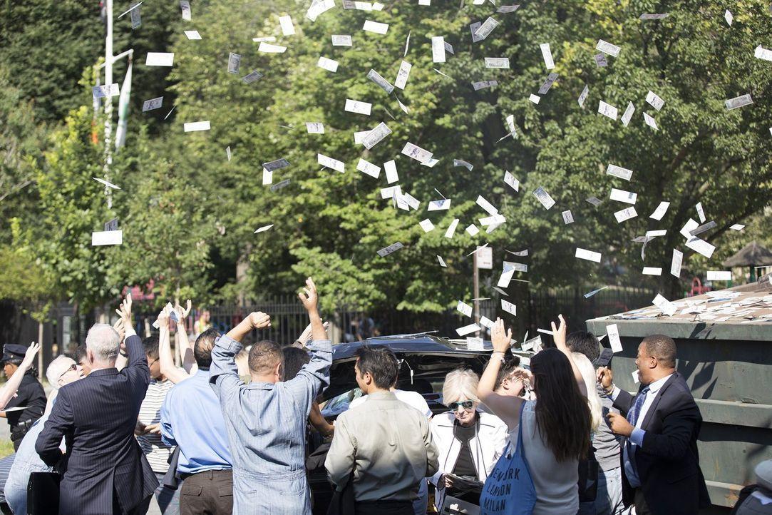 Plötzlich regnet es Geld: Der Täter war wohl nicht sehr umsichtig mit seiner Beute ... - Bildquelle: 2015 Warner Bros. Entertainment, Inc.