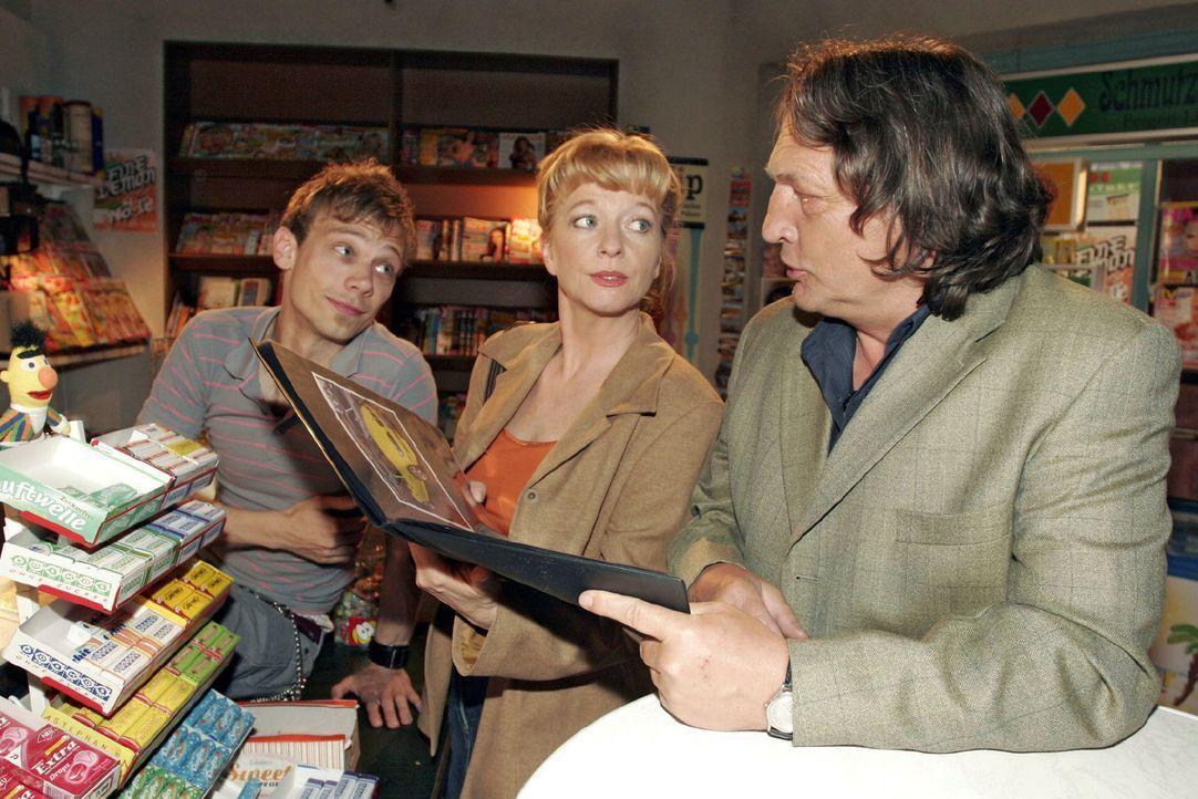Als Jürgen (Oliver Bokern, l.) mit seinem zukünftigen Traumauto zu prahlen beginnt, lassen Bernd (Volker Herold, r.) und Helga (Ulrike Mai, M.) ih... - Bildquelle: Sat.1