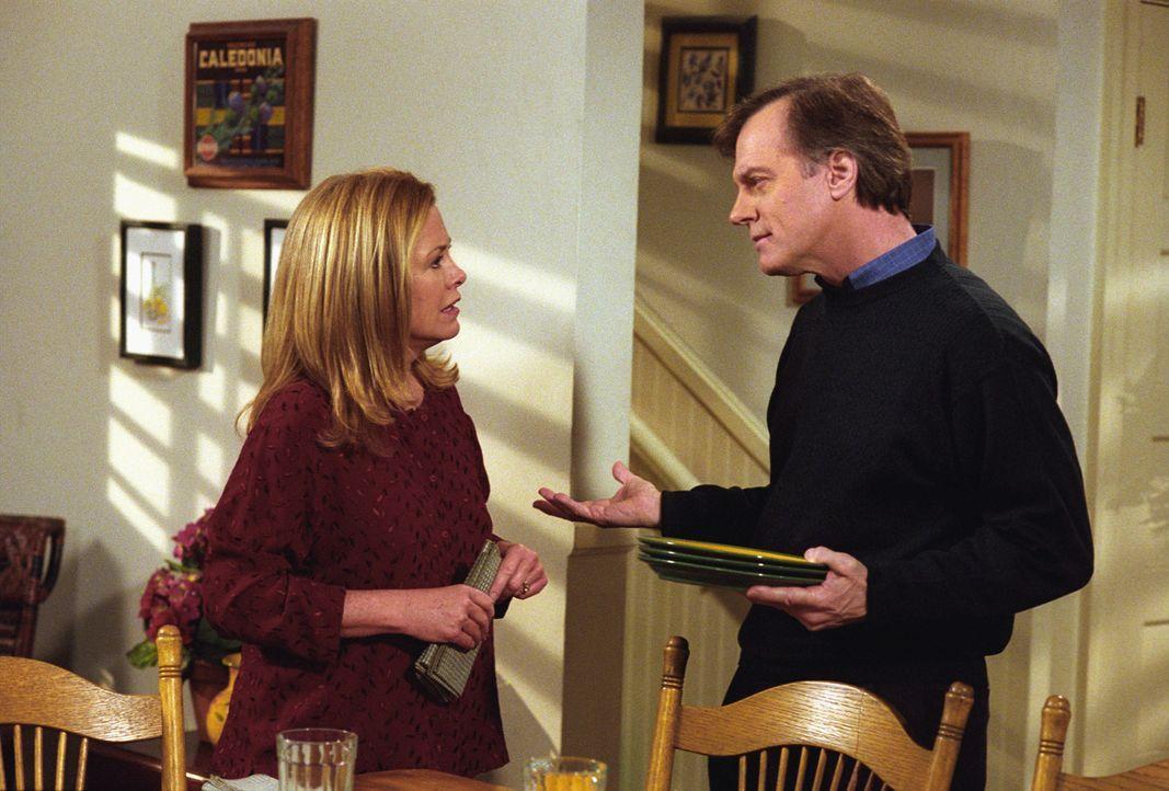 Lassen Simon nur unter der Bedingung, dass sein älterer Freund Morris dabei ist und auf ihn aufpasst, zu einer Party: Annie (Catherine Hicks, l.) un... - Bildquelle: The WB Television Network