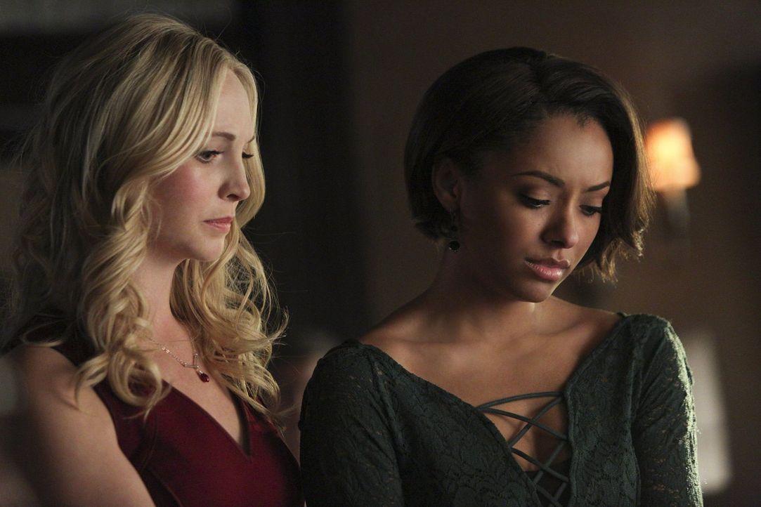 Caroline (Candice Accola, l.) und Bonnie (Kat Graham, r.) müssen Abschied nehmen. Die eine für immer, die andere nur für ein paar Jahre ... - Bildquelle: Warner Bros. Entertainment, Inc