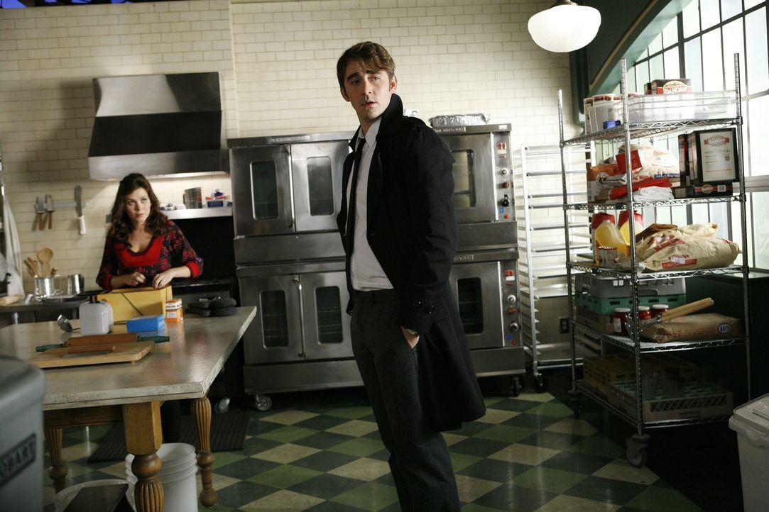 Der nächste Mordfall hält Chuck (Anna Friel, l.) und Ned (Lee Pace, r.) in Atem. Das Opfer stirbt auf äußerst mysteriöse Art und Weise ... - Bildquelle: Warner Brothers