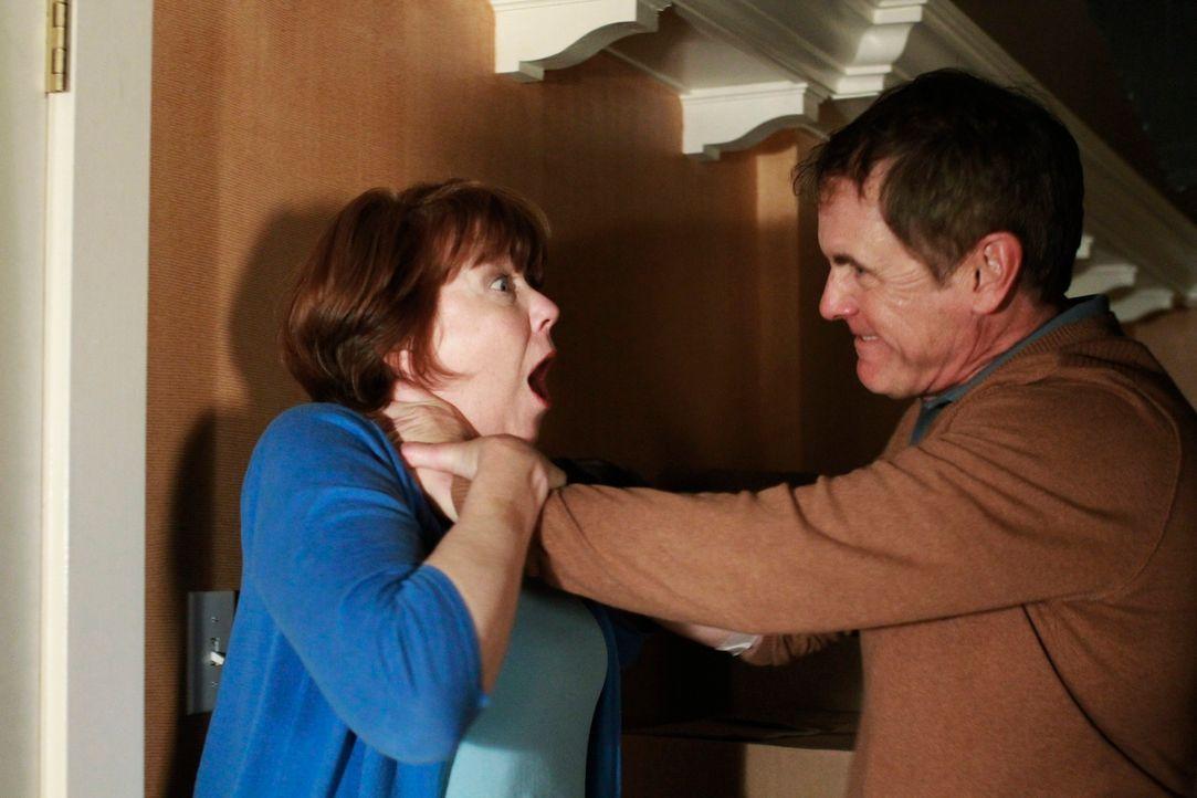 Während Lynette und Tom in ihrer Ehe das Feuer wieder zu entfachen versuchen, spitzt sich die Lage zwischen Felicia (Harriet Sansom Harris, l.) und... - Bildquelle: ABC Studios