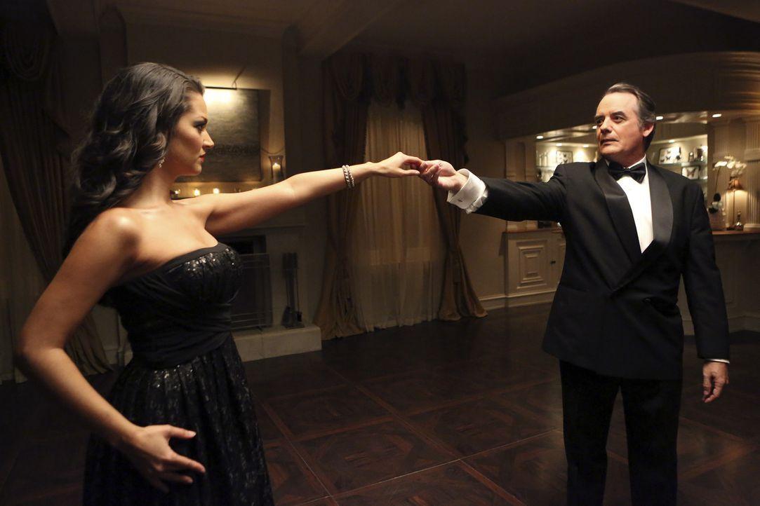 Die Freundinnen suchen weiter nach dem Mörder von Flora (Paula Garcés, l.). Doch hat Adrian (Tom Irwin, r.) etwas damit zu tun? - Bildquelle: ABC Studios