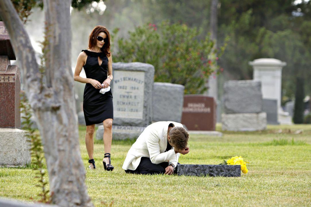 Sydney (Laura Leighton, l.) begegnet David (Shaun Sipos, r.) das erste Mal, als der am Grab seiner Mutter trauert. - Bildquelle: 2009 The CW Network, LLC. All rights reserved.