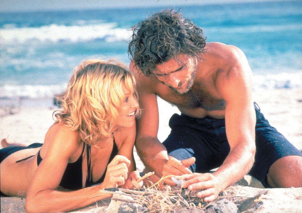 Obwohl die verwöhnte und launische Amber Leighton (Madonna, l.) Giuseppes (Adriano Giannini, r.) eigenartige Befehle befolgen muss, verliebt sie sic... - Bildquelle: 2003 Sony Pictures Television International