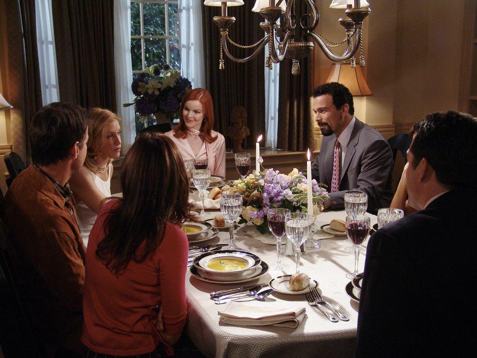 Die perfekte Party zu Ehren Mary Alice endet in einem perfekten Chaos: Susan (Teri Hatcher, 3.v.l.), Mike (James Denton, l.), Lynette (Felicity Huff... - Bildquelle: Touchstone Television