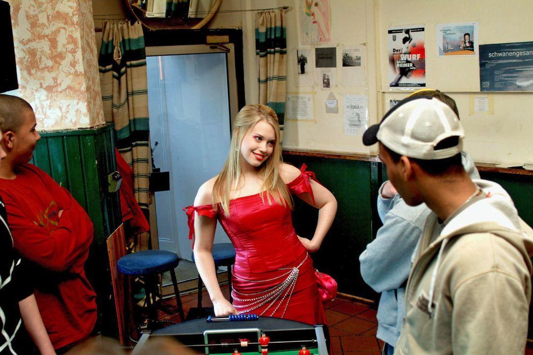 """Kim (Lara-Isabelle Rentinck, M.), die sich ein gewagtes Kleid aus Hugos neuester, streng geheimer Kollektion """"entliehen"""" hat, taucht - in der Absich... - Bildquelle: Sat.1"""