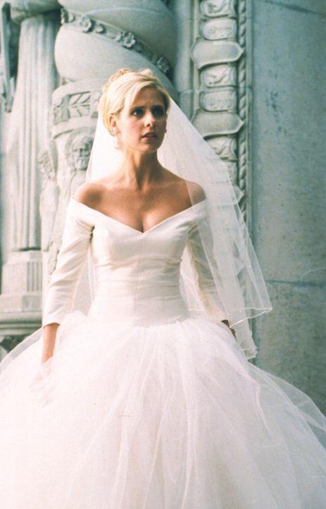 Obwohl die Hochzeit nur in ihrem Traum stattfindet, spürt Buffy (Sarah Michelle Gellar) trotz des Traumes, dass Gefahr naht. - Bildquelle: TM +   2000 Twentieth Century Fox Film Corporation. All Rights Reserved.