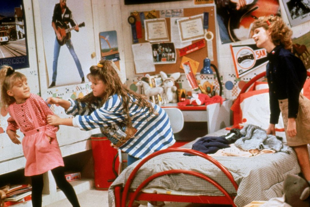 D.J. (Candace Cameron, M.) hat es nicht einfach: Einerseits muss sie sich mit Michelle (Mary-Kate/Ashley Olsen, l.) und ihrer Freundin Kimmy (Andrea... - Bildquelle: Warner Brothers Inc.