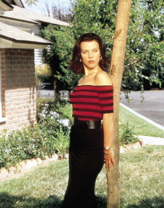 Während Lydias Eltern von der Idee, wieder ans College zu gehen, nicht begeistert sind, unterstützt Jackie O'Grady (Debi Mazar) ihre Freundin bei... - Bildquelle: CBS Television