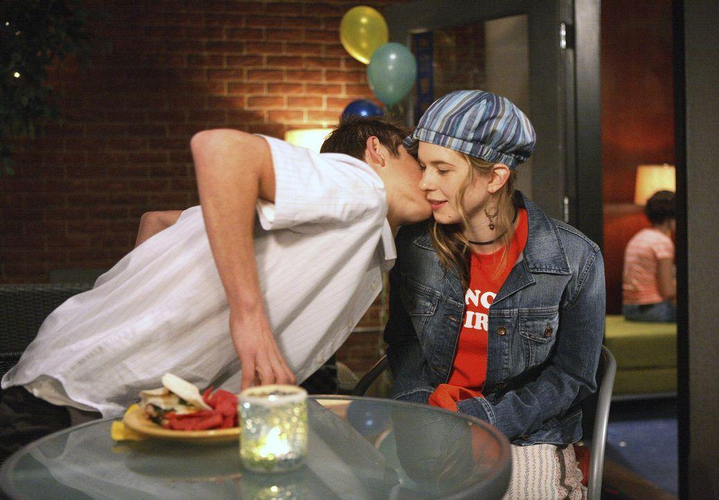 Er will ihr unbedingt zur Seite stehen: Josh (Jean-Luc Bilodeau, l.) bietet Andy (Magda Apanowicz, r.) an, sie bei der Therapie zu unterstützen. - Bildquelle: TOUCHSTONE TELEVISION