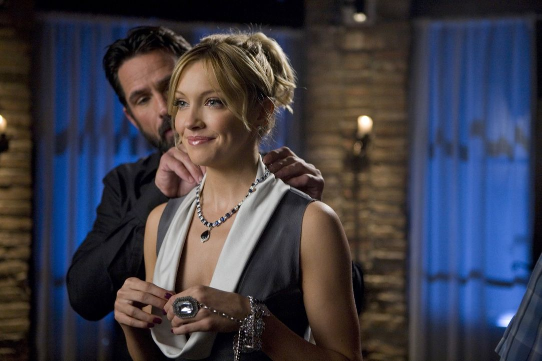 Will sich Ella (Katie Cassidy, r.) mit Bens (Billy Campbell, l.) Hilfe etwa an Amanda rächen? - Bildquelle: 2009 The CW Network, LLC. All rights reserved.